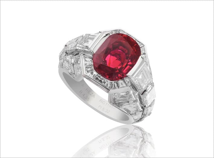 Anello con rubino ovale e diamanti