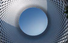 La cupola aperta che sovrasta la piazza che unisce i padiglioni della Fiera di Basilea