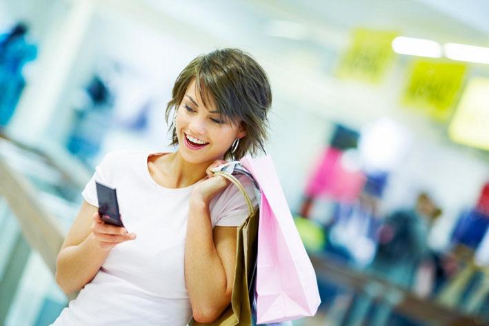 Giovane incollata allo smartphone
