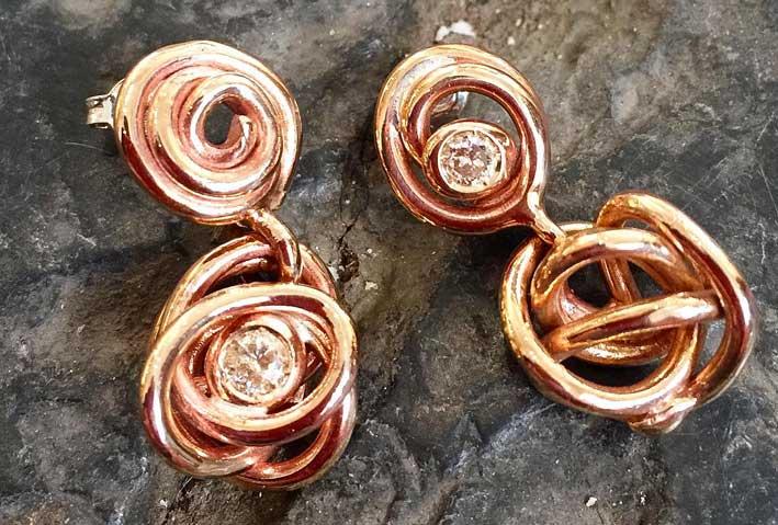 Orecchini in bronzo con diamante brown
