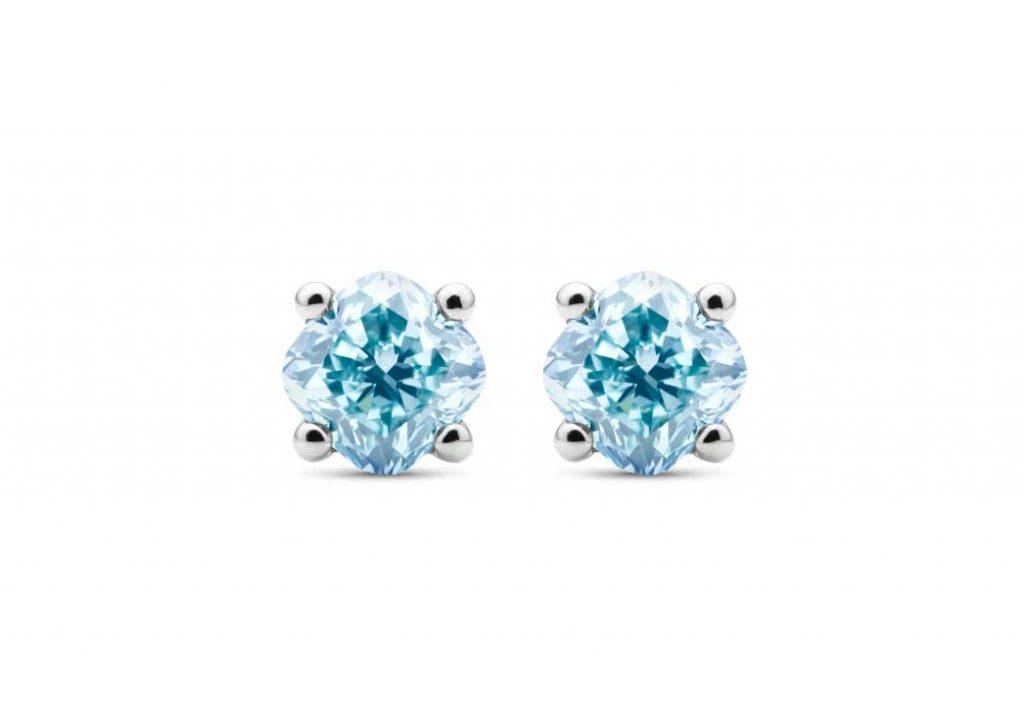 Orecchini con diamanti blu creati in laboratorio