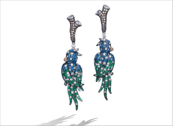 Orecchini Parrot, con diamanti, smeraldi, zaffiri