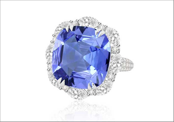 Correct description: 16 carats of tanzanite, 4.5 carats of diamond, 18K white gold
