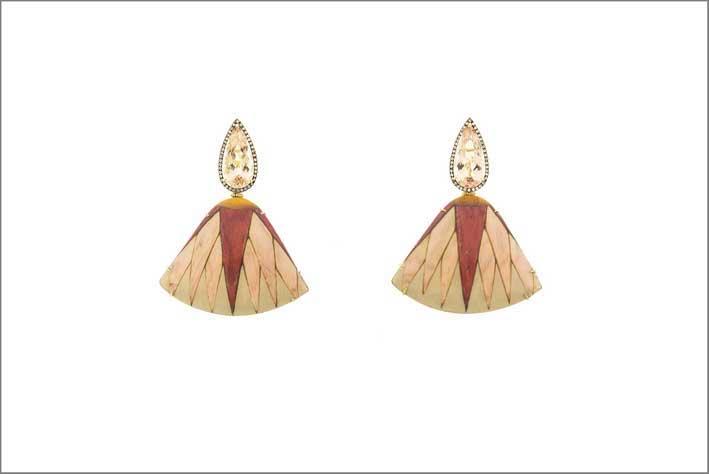 Orecchini in oro e legno lavorato, prasiolite e diamanti brown