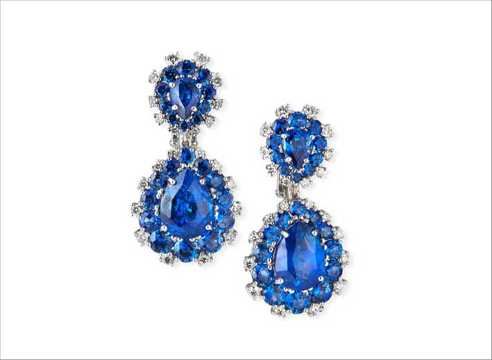 Orecchini in oro bianco, diamanti e zaffiri blu