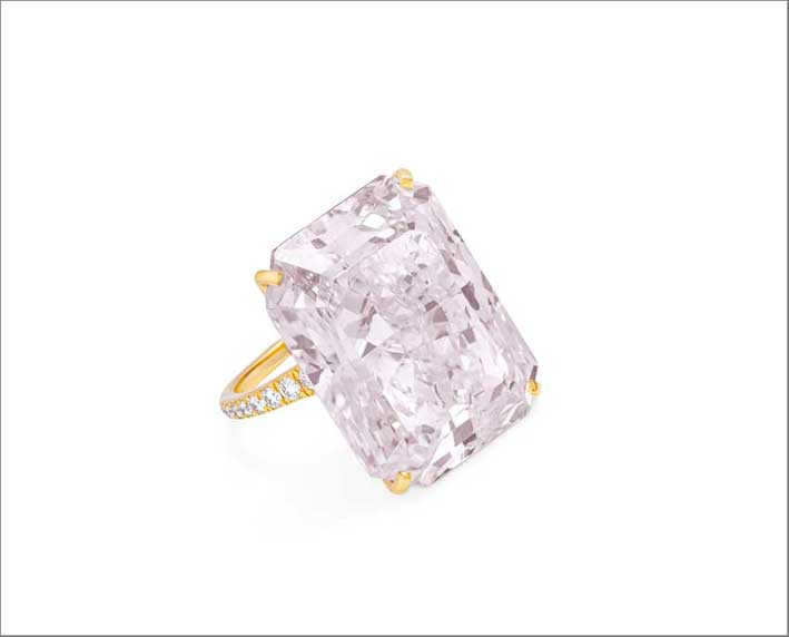 A rectangular-cut, fancy light purplish pink, VS2 clarity diamond ring, weighing 32.49 carats