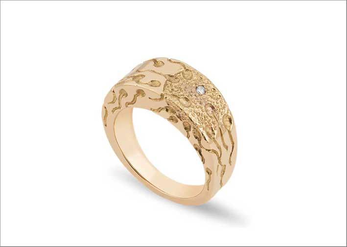 Anello inciso in oro giallo 18 carati con diamanti