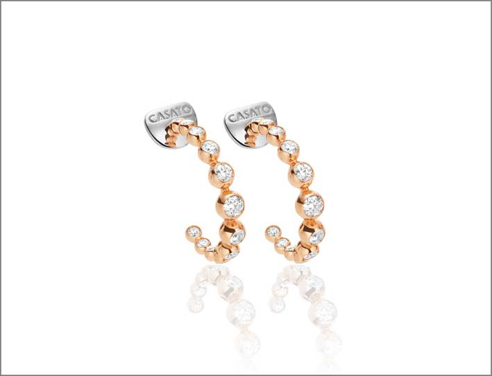 Orecchini ad anello in oro rosa con diamanti bianchi della collezione Boutique