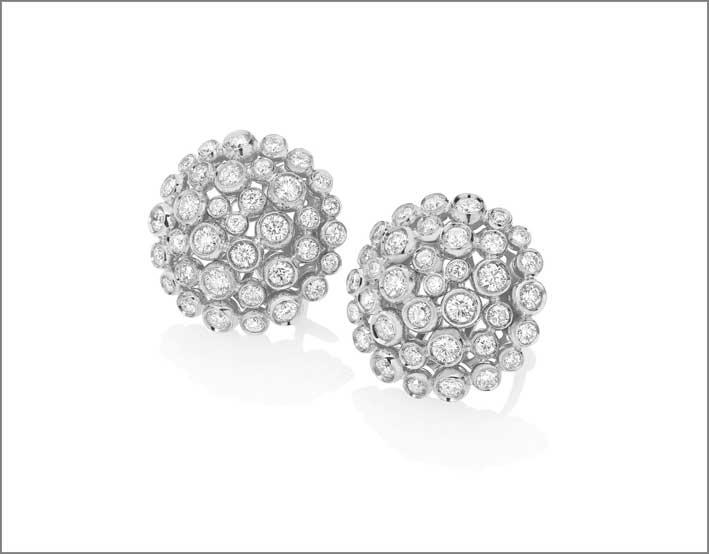 Orecchini semi sferici in oro bianco con diamanti bianchi della collezione Boutique