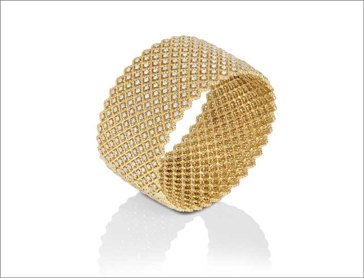 Yellow gold bangle with white diamonds
