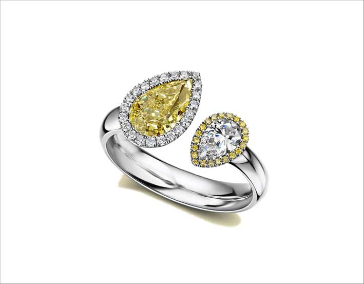 Anello Satellite, con un diamante a pera fancy yellow di un carato e un diamante bianco da 033 carati