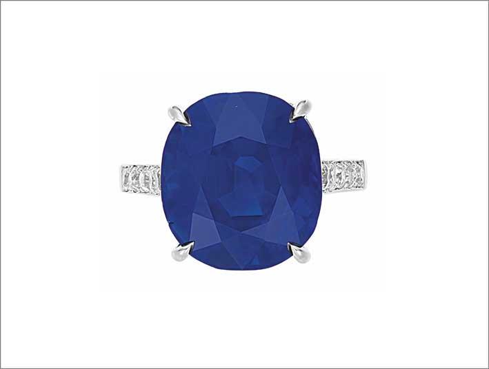 Anello con zaffiro ovale da 16,72 carati, diamanti a taglio circolare su platino