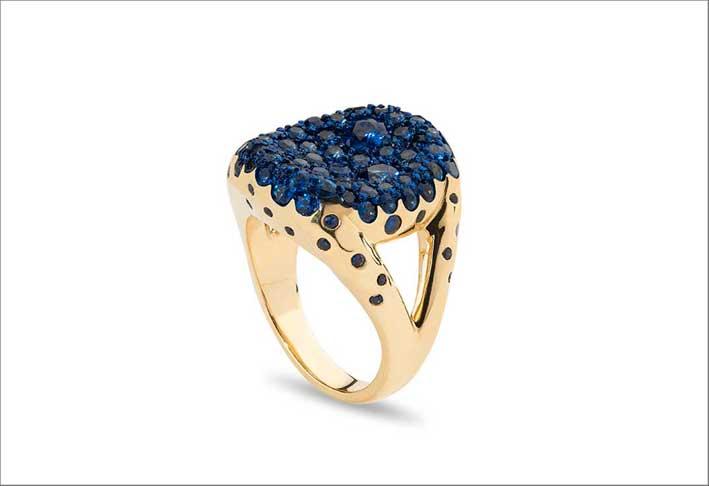Tot ring, in oro, ceramica e zaffiri blu