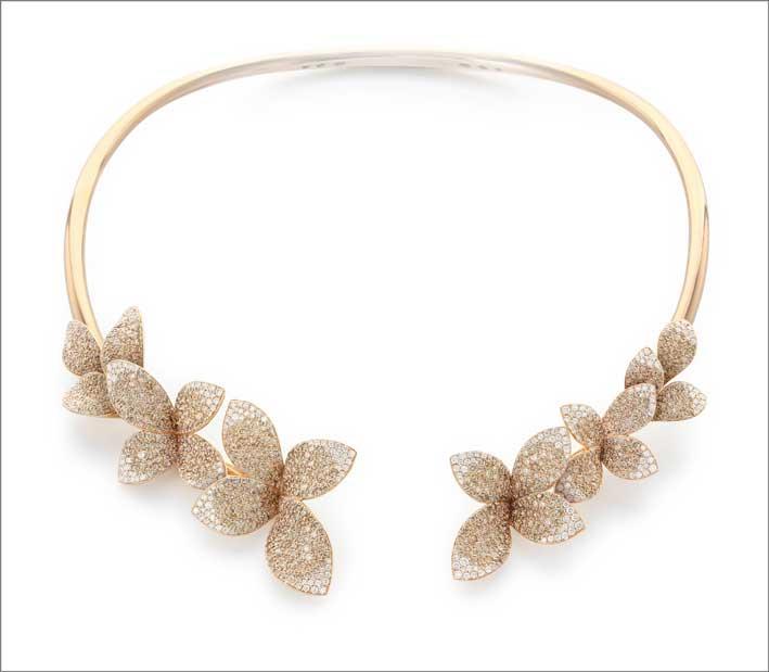 La collana in oro rosa e diamanti indossata da Jlo