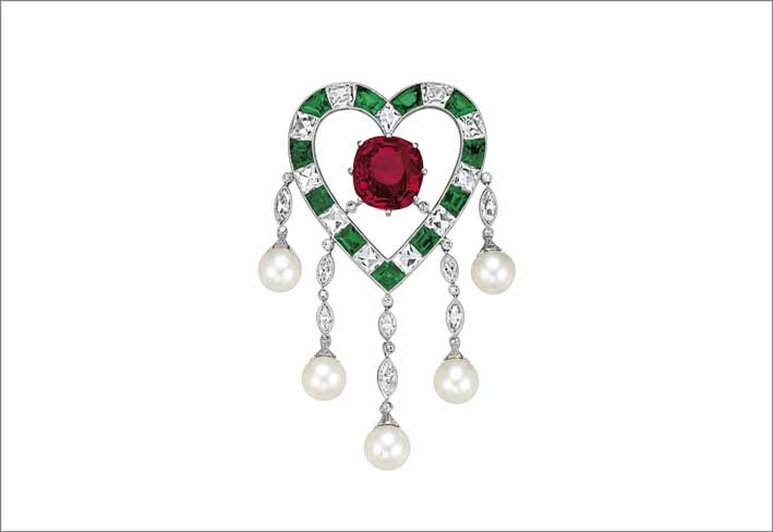 The duPont Ruby, spilla con rubino birmano di 11,20 carati circondato da una forma a cuore con smeraldi, diamanti e perle naturali