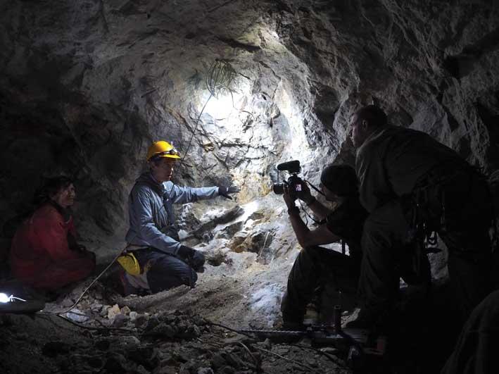 Ricerca di gemme in miniera