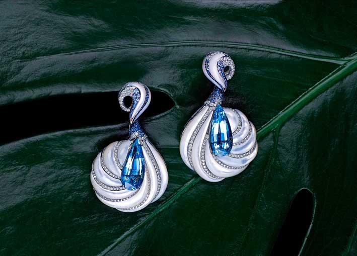 Orecchini Alhambra, orecchini con madreperla, oro bianco, zaffiri e diamanti