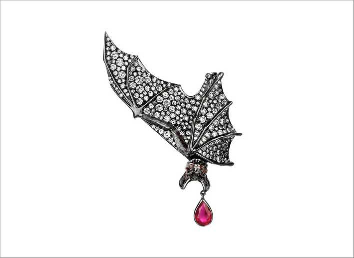 Spilla pipistrello in oro bianco, diamanti e rubino