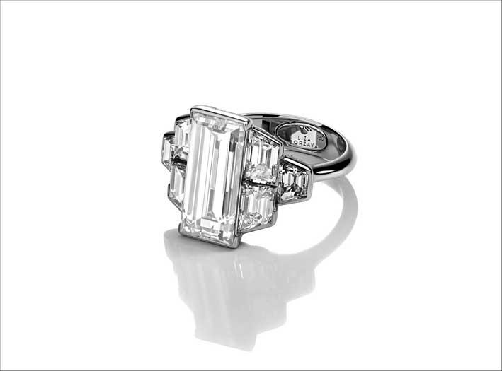 Anello con diamanti su oro bianco