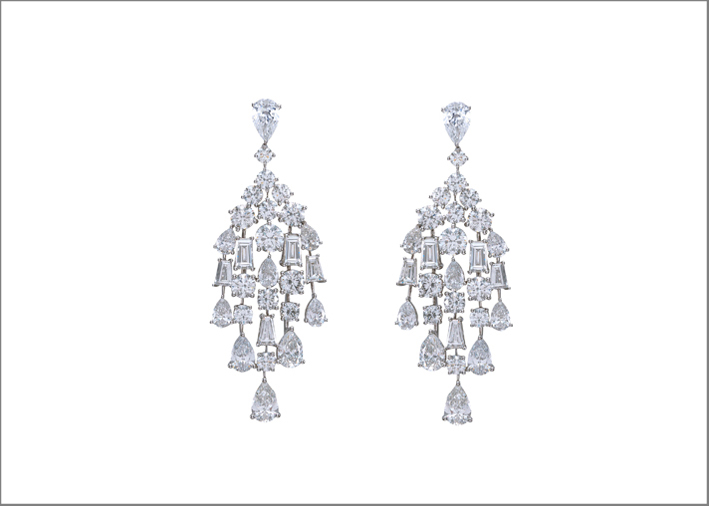 Orecchini Raindrop in oro bianco e diamanti di Harakh