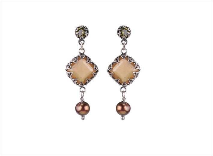Orecchini con pietra naturale e perle