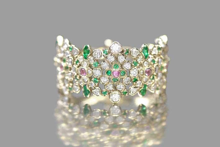 Anello a grappolo di smeraldi di Kataoka