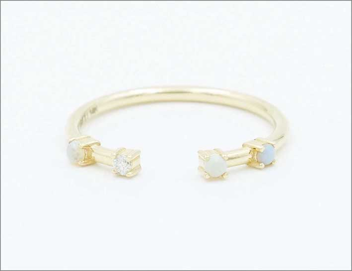 Anello in oro riciclato e opali