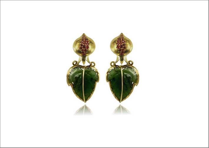 Orecchini della collezione Stagioni in  oro con rubini e foglie di giada