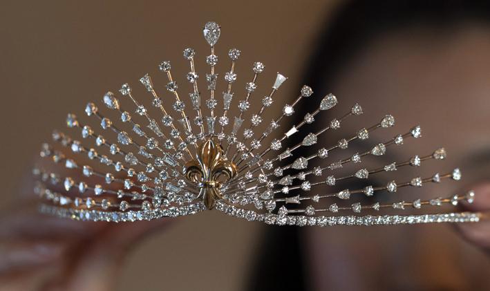 Diadema di diamanti con fiore di giglio in oro realizzato da Harakh e indossato per l'edizione 2019 di Le Bal a Parigi