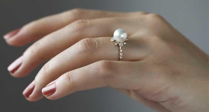 L'anello con perla di Emma Stone
