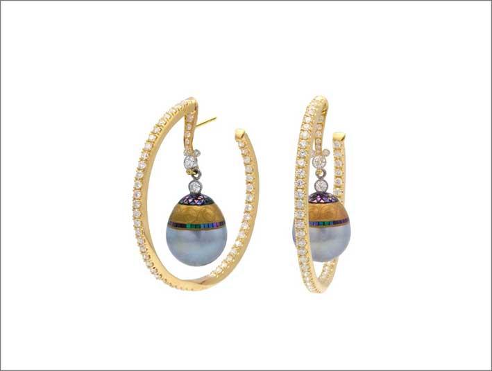 Orecchini con perle maki-e di Deirdre Featherstone