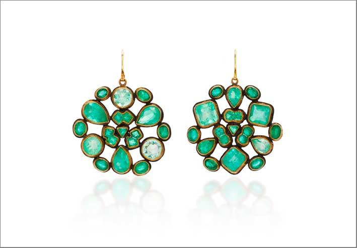 Orecchini con smeraldi di diverse sfumature