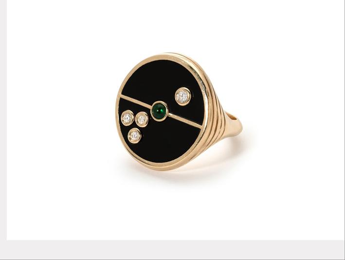 Anello bussola in oro, onice nero, diamanti e smeraldo