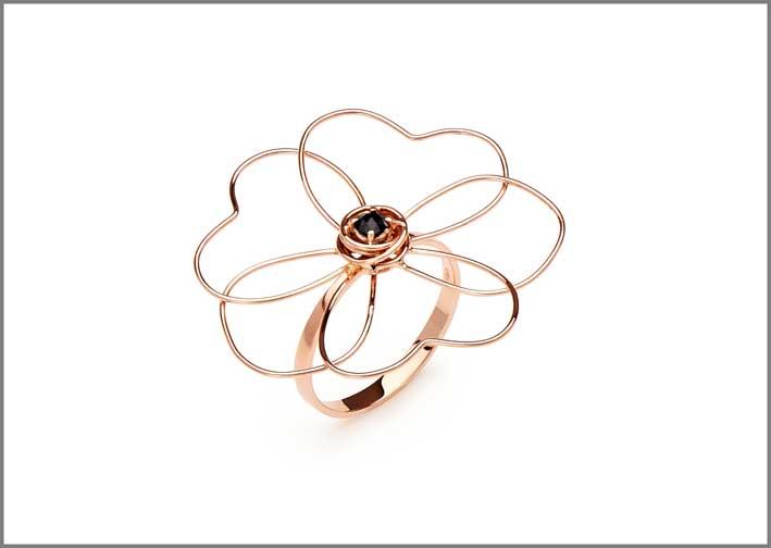 Anello della collezione Flowers in oro 18kt e spinello nero taglio rose cut