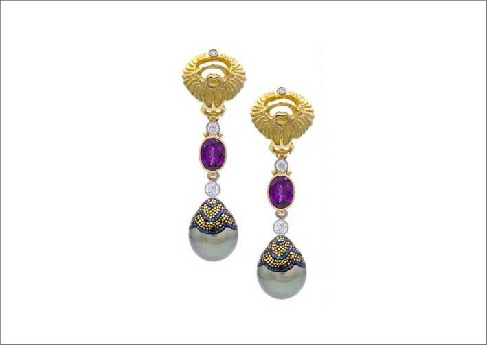 Orecchini con granati, diamanti e perle a mosaico di Deirdre Featherstone