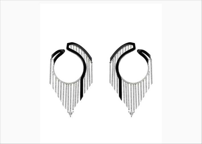 Nikos Koulis, orecchini con diamanti e smalto nero