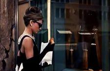 Audrey Hepburn davanti alle vetrine di Tiffany, a New York