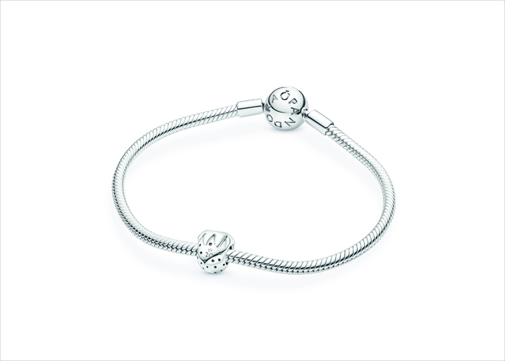 Il bracciale in argento con il primo charm