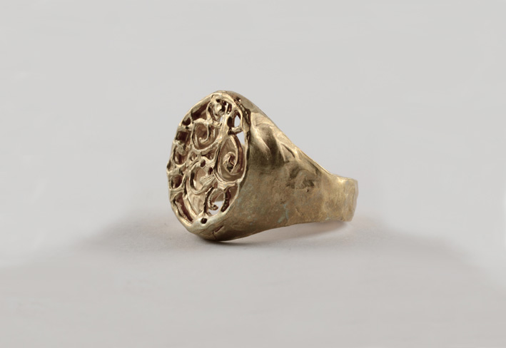 Anello in oro della collezione Barocco