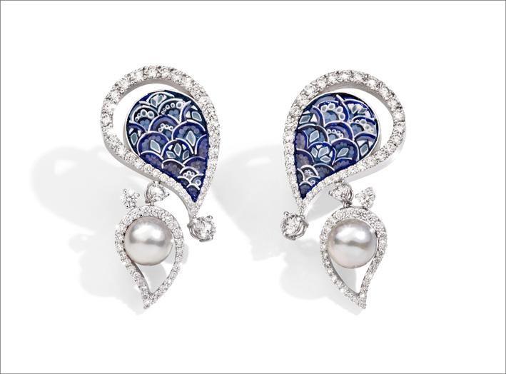 Orecchini in oro bianco, diamanti, perle Akoya, micro mosaico