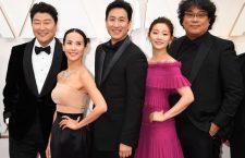 Cho Yeo-Jeong assieme agli altri attori di «Parasite»