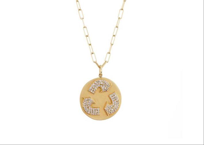 Collana in oro e diamanti con il simbolo del riciclaggio di materiali