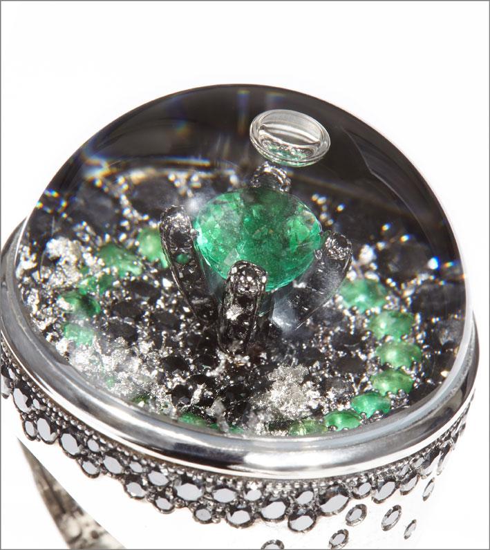Dettaglio di un cabochon con diamanti neri e smeraldi