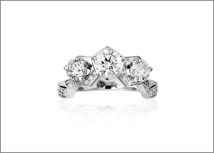 Anello trilogy, oro bianco e diamanti taglio brillante