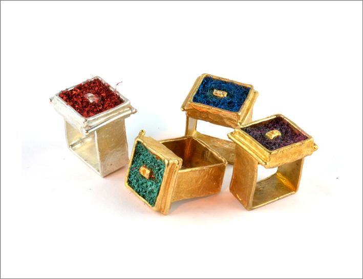 Anelli in oro della collezione Sponge