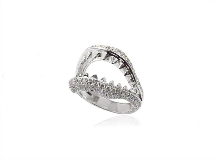 Anello della collezione The Dangerous Kiss in oro bianco e diamanti
