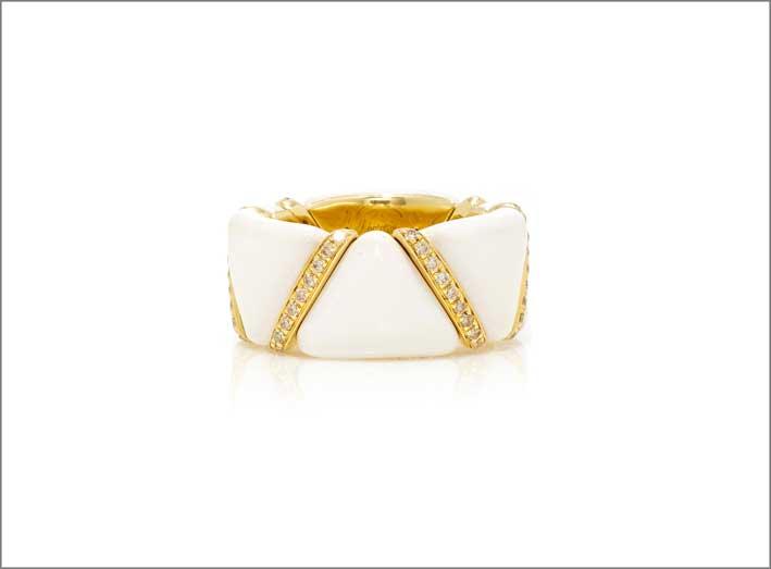 Anello in oro giallo, smalto bianco e diamanti
