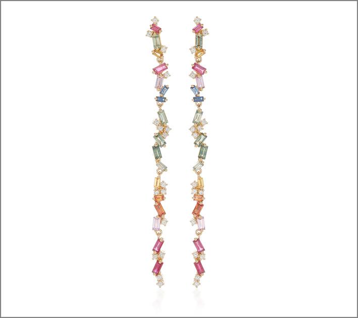 Orecchini Rainbowin oro giallo 18 carati, diamanti bianchi, zaffiri