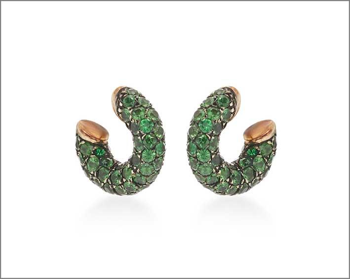 Orecchini in oro, argento ossidato e granato verde