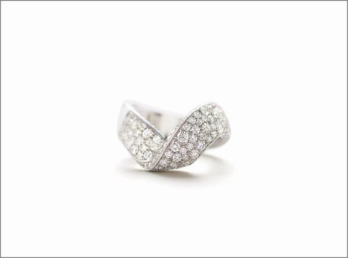 Anello in oro bianco e pavé di diamanti della linea Joie